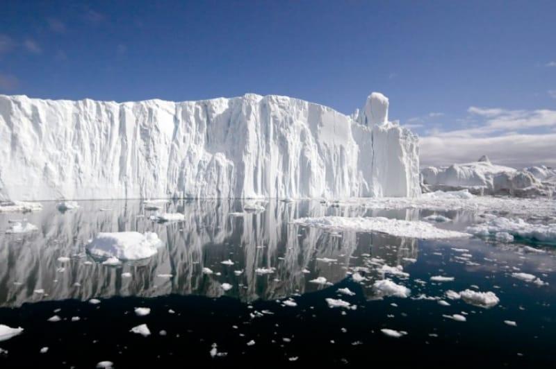 イルリサット・アイスフィヨルドの水面に映る氷山