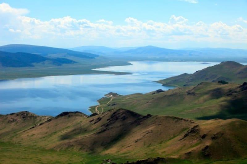 白い湖という意味の『テルヒーン・ツァガーン湖』