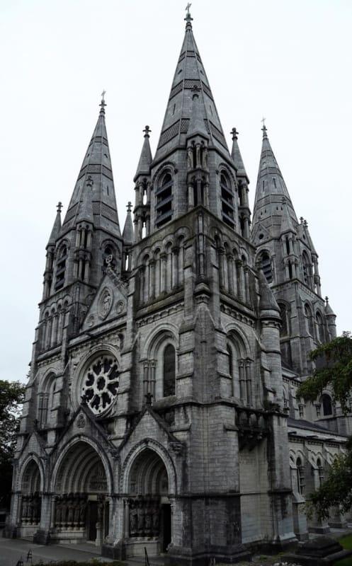 フレンチ・ゴシック様式の「聖フィンバー大聖堂」