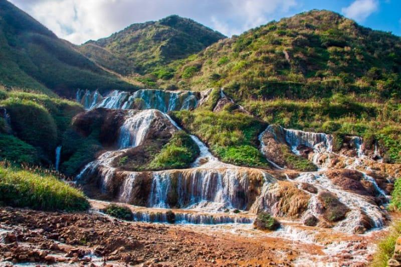 なだらかな岩肌に滝が流れるインパクト大の黄金瀑布