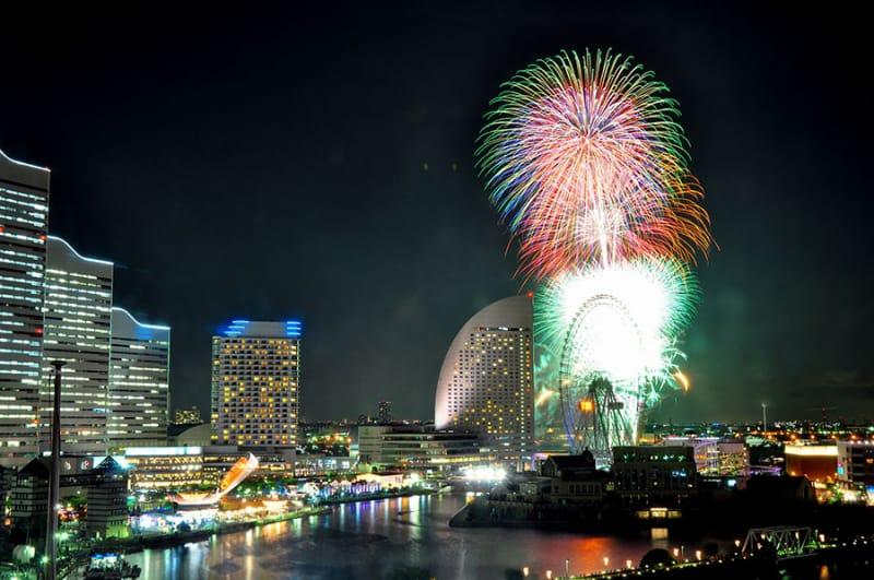 横浜・みなとみらいの夜景を彩る『神奈川新聞花火大会』