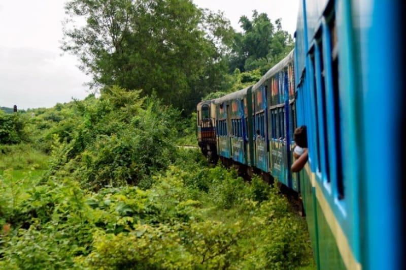 ヤンゴンとミャンマー南部を結ぶ生活鉄道列車