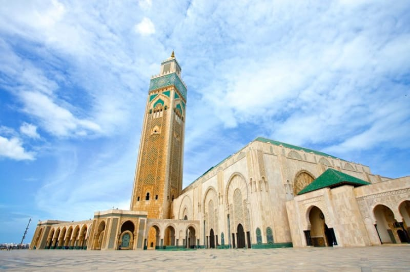 あまりの大きさに圧倒される巨大なモスク