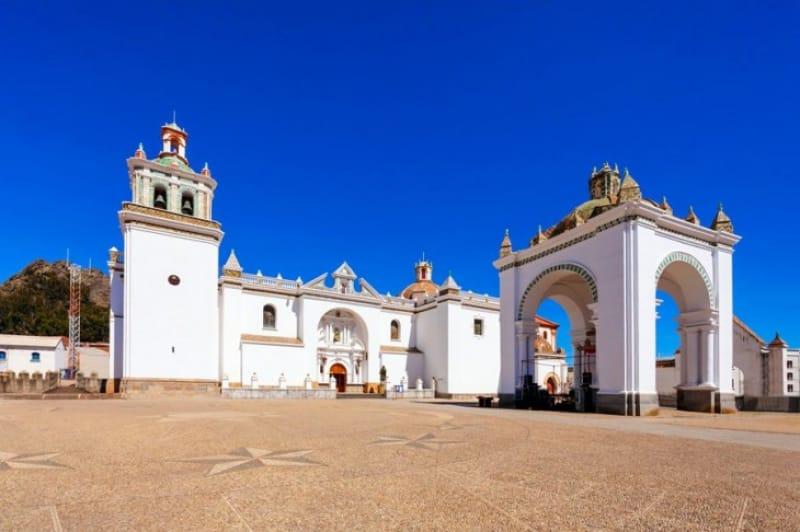 白壁が美しいコパカバーナ大聖堂