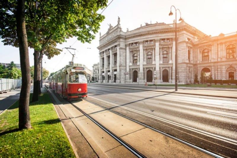 ウィーン旧市街を囲むトラム(路面電車)がウィーンっ子の足代わりに