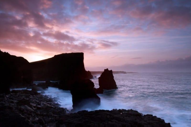 大迫力の断崖絶壁の海岸線を眺める