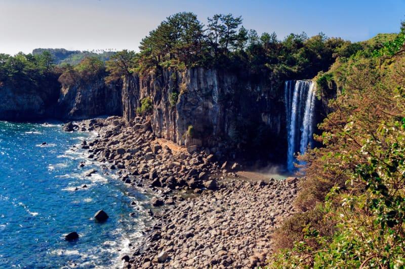 海に直接落ちる滝 正房瀑布(チョンバンボッポ)