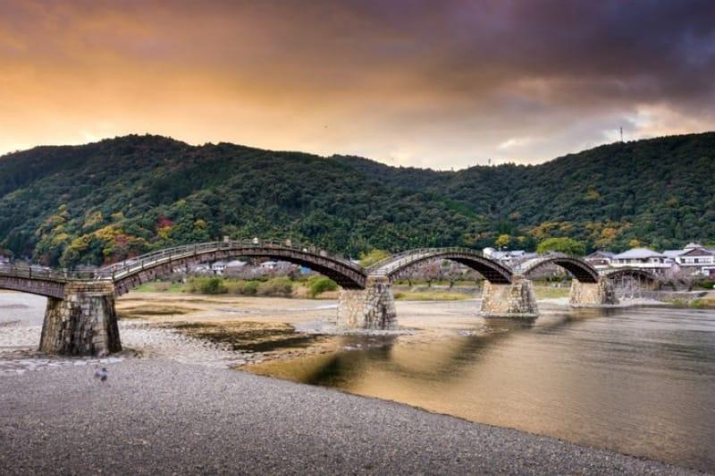 構造美にも注目・山口〈錦帯橋〉