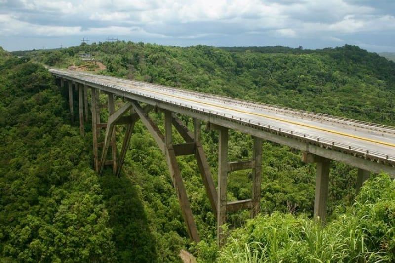 雄大な景色を眺められる バクナヤグア橋