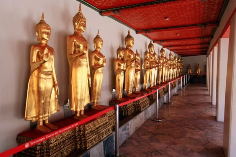 仏像が並ぶ回廊(立像)