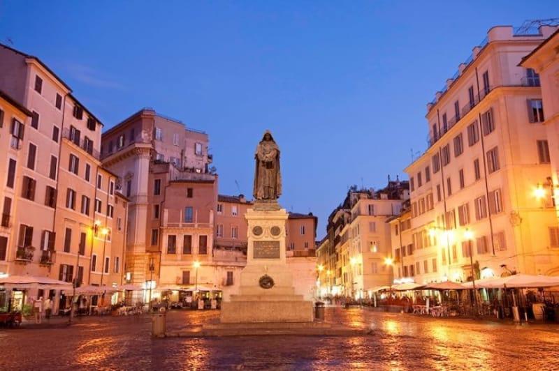 メルカートと噴水と美々しき宮殿を楽しむ「カンポ・デ・フィオーリ広場」