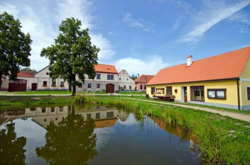池の周りにかわいらしい家が並ぶ