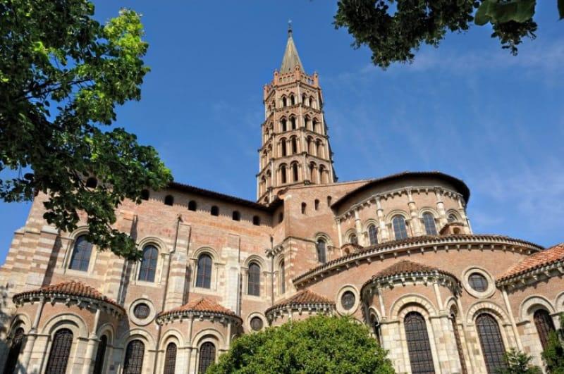 特徴的な塔が目印「サン・セルナン聖堂」