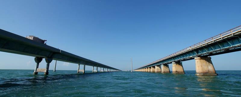 左右に橋がありますが、通行できるのは左側だけ