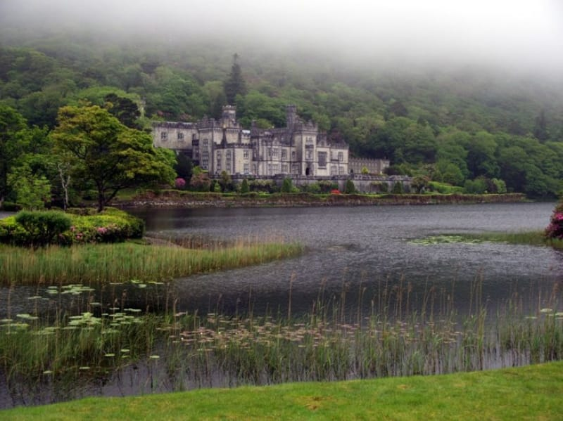 静かな渓谷とカイルモア修道院