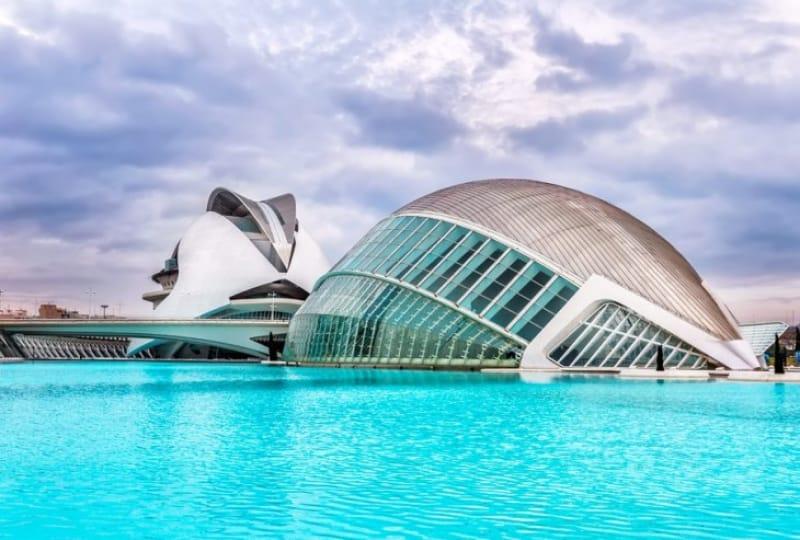 近代建築が並ぶ複合施設「芸術科学都市」