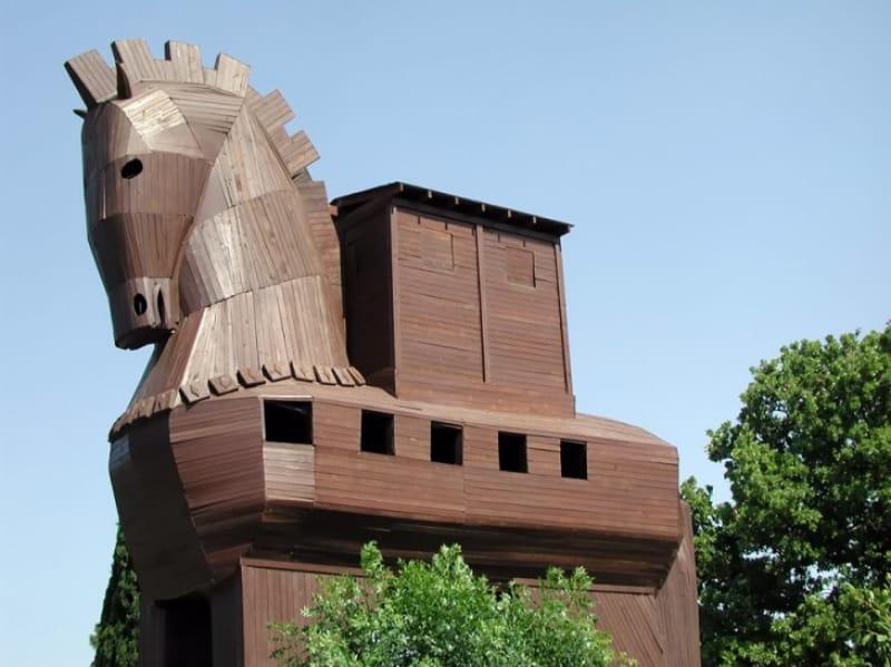 遺跡入り口にある木馬