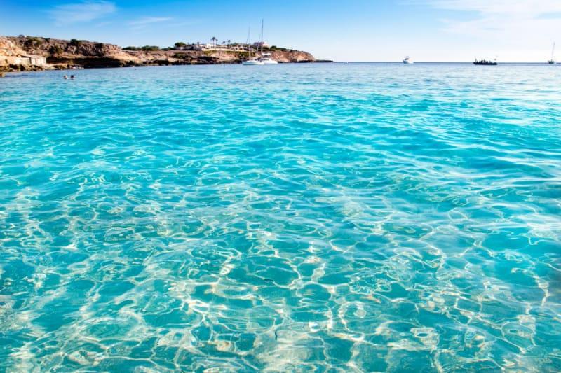 青い空と海がどこまでも広がるイビザ島