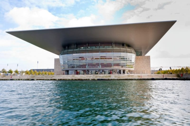 海上に浮かぶオペラハウス