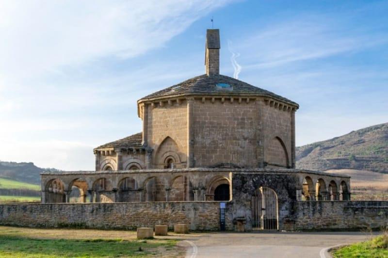 多くの巡礼者が訪れる田園の教会「サンタ・マリア教会」