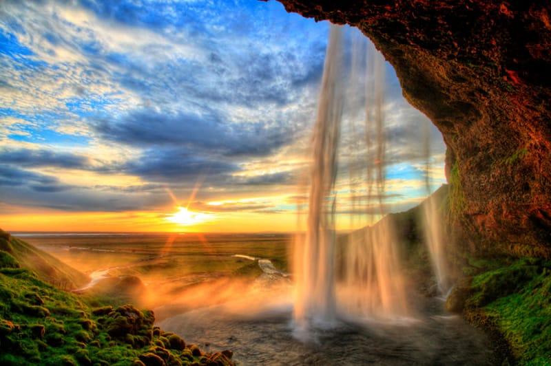 3位 アイスランドの日没と「セリャラントスフォス滝」