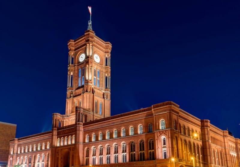 クリスマスに訪れたい赤の市庁舎