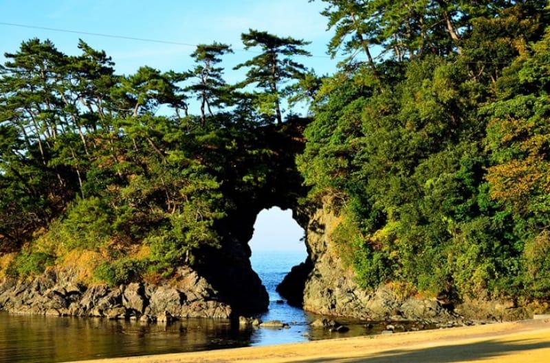 奇岩と青葉山を照らす夕日・城山公園