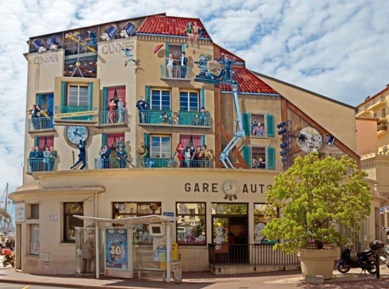 壁に人々が描かれたカンヌバスステーションの建物