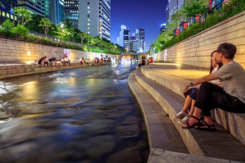 二人で過ごす川沿いの夜