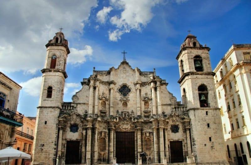 美しいバロック建築のハバナ大聖堂