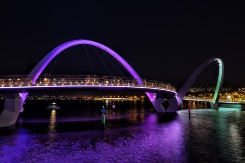 スポットを受けて輝くエリザベス埠頭橋