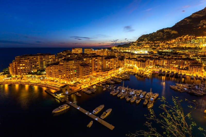 黄金色に輝くモナコの夜景