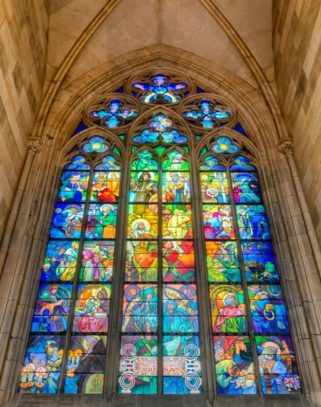 聖ヴィート大聖堂内部のミュシャのステンドグラス