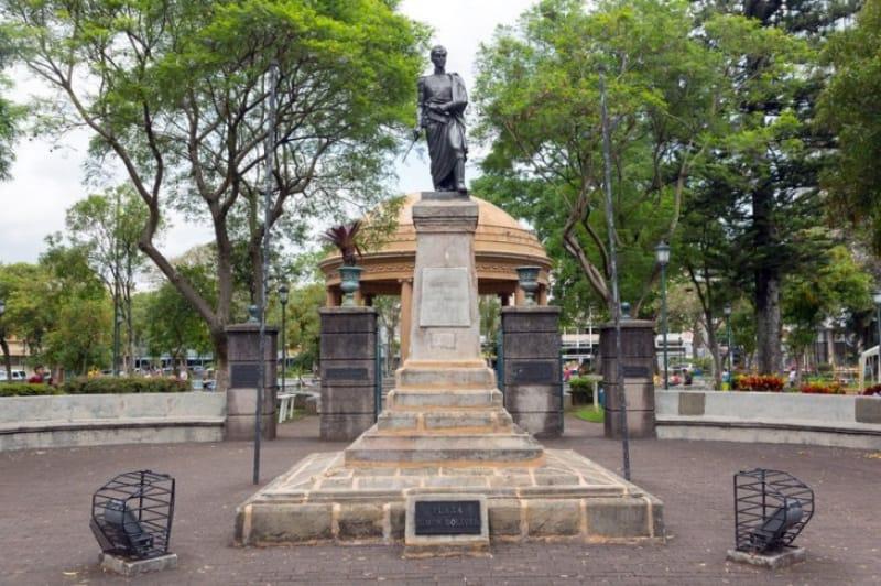 シモン・ボリバルの記念銅像がある公園
