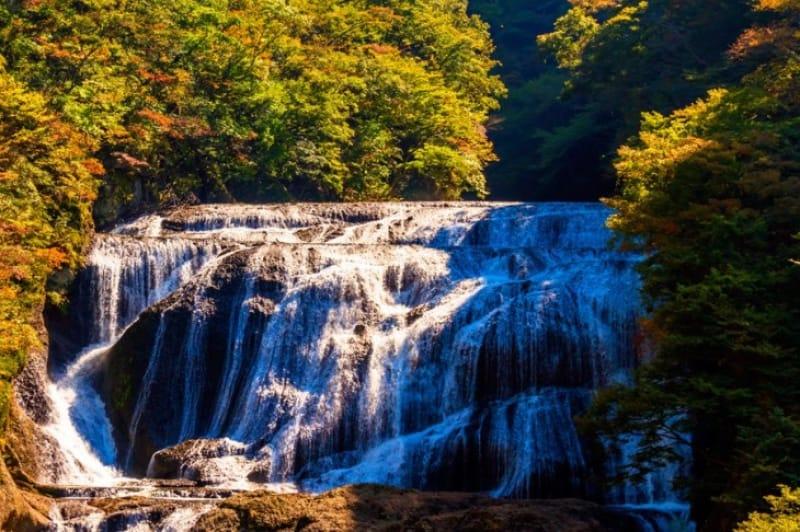 名瀑が紅葉に染まる美しさ・袋田の滝
