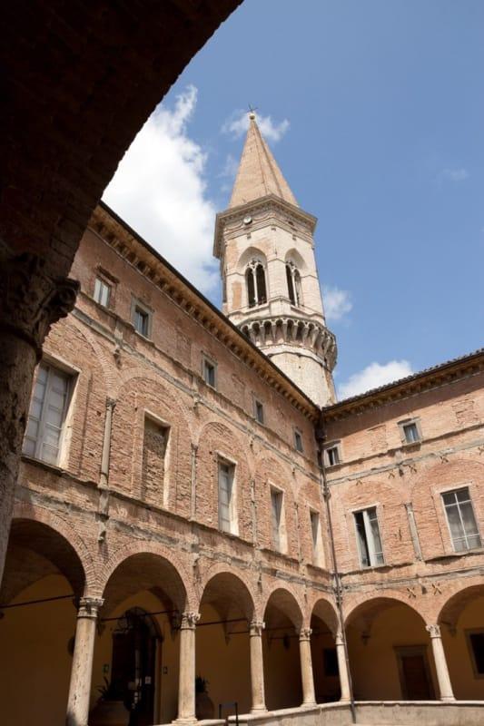美しいフレスコ画が全面に「サン・ピエトロ教会」