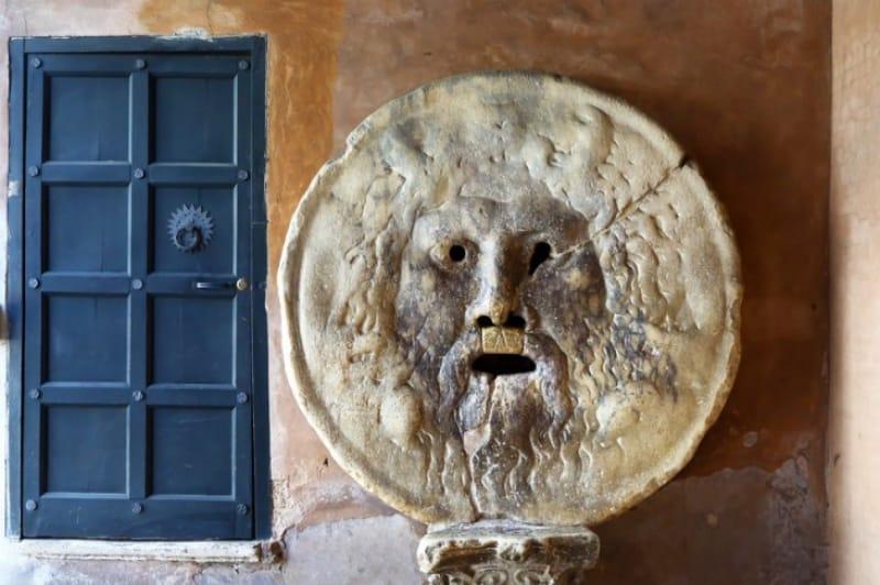 「真実の口」は「コロッセオ」から歩ける距離です