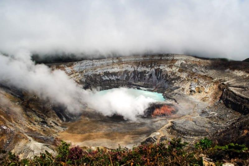 巨大、ポアス火山クレーター