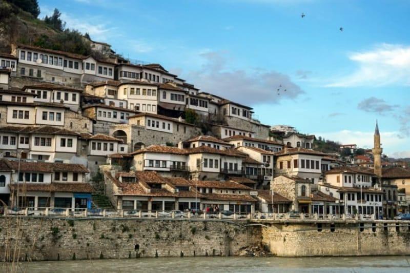 """独特な世界遺産""""石の街""""残る「アルバニア・ジロカストラ」で見ておき ..."""