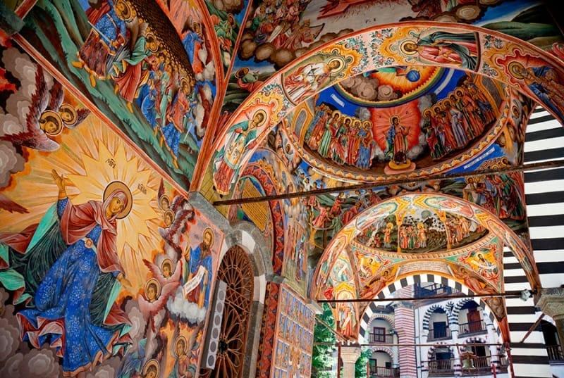 極彩色が素敵なリラ修道院の見どころ