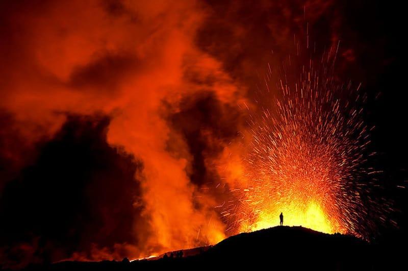 #7. フィムヴォルズハゥルスにドライブしに行き、あたたかい溶岩の上を歩きましょう。