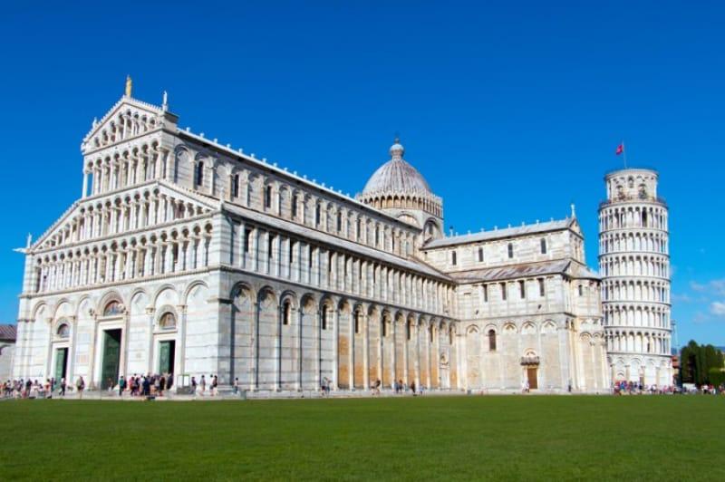 イタリアのシンボルと一緒に「ピサ大聖堂」