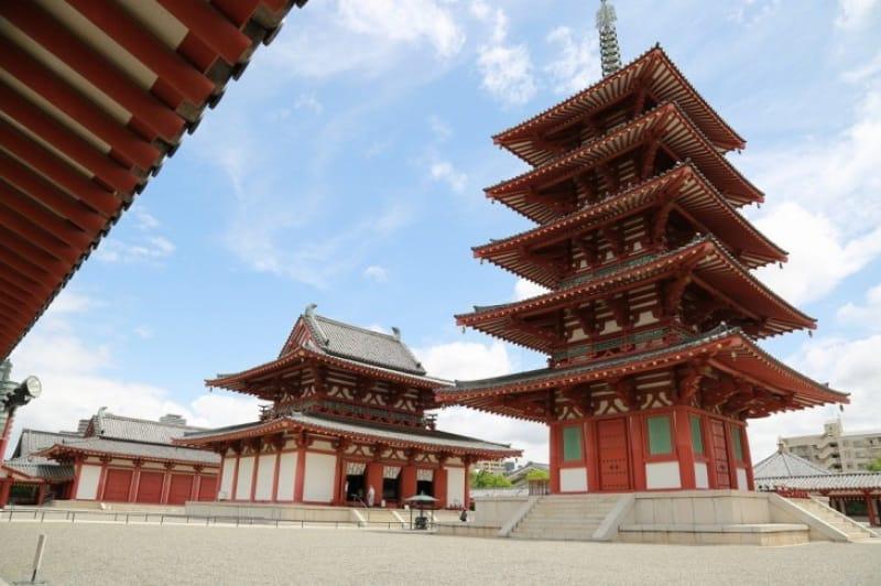 日本最古の官寺であり、独自の宗派