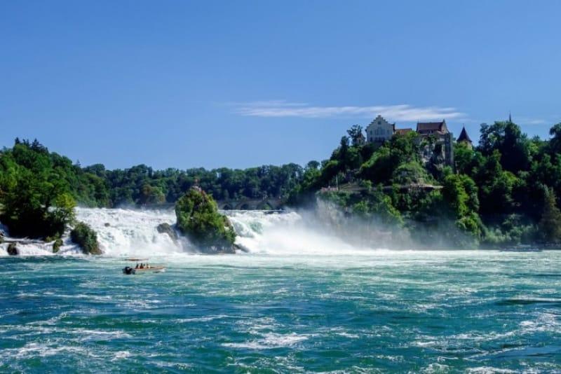 ライン滝で迫力ある自然を体感
