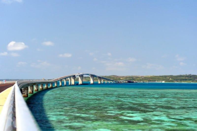 宮古ブルーの上を走る・沖縄〈伊良部大橋〉
