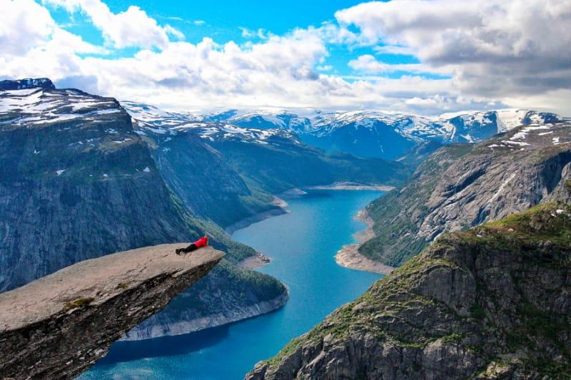 崖から見る絶景の湖『トロルの舌』