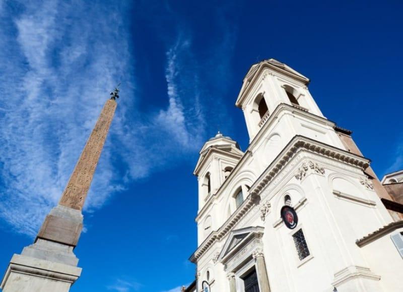 フランス人のために建てられた「トリニタ・ディ・モンティ教会」、フランス・アカデミーとなった「ヴィッラ・メディチ」