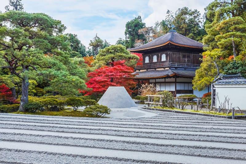 銀閣寺の庭園は「池泉回遊式庭園」
