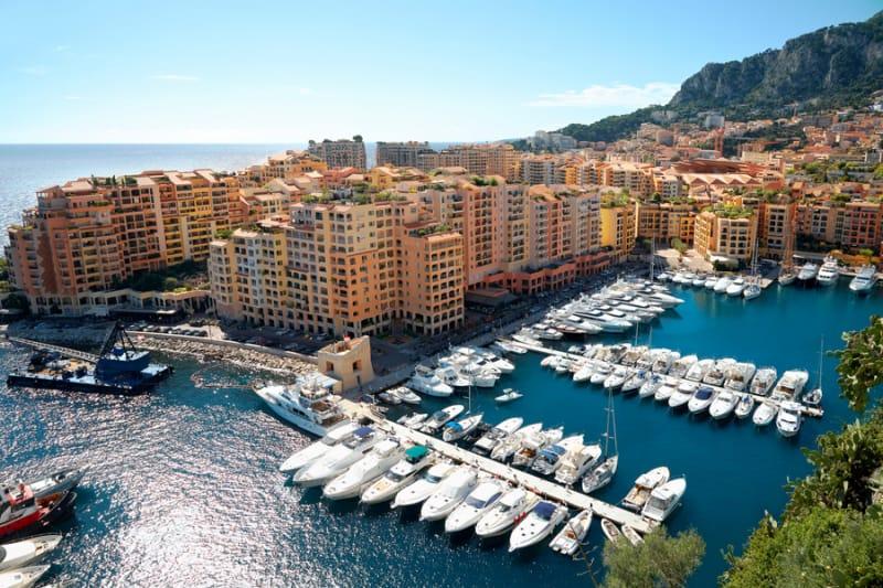 豪華ヨットの並ぶ モナコ港
