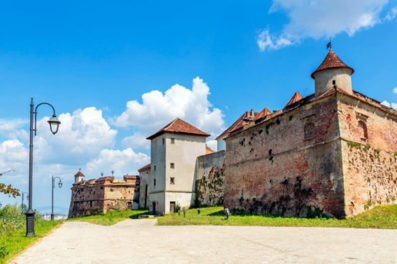 廃墟の中には小さな街「ブラショフ要塞」